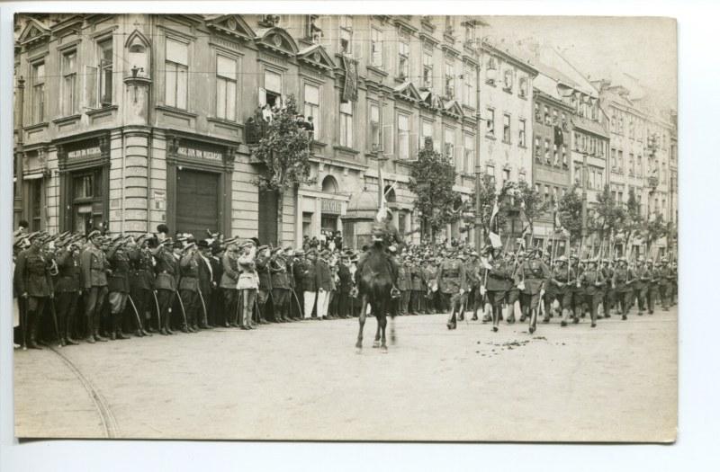 Józef Piłsudski przyjmuje defiladę wojskową