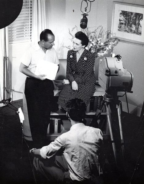 "Eva Curie podczas pracy nad filmem pt. ""Land of my mother"", Nowy Jork 1943 r."