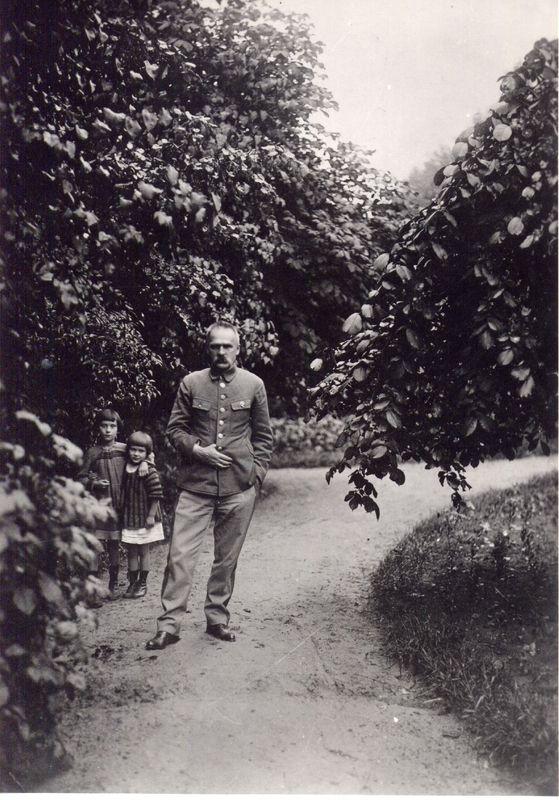 Józef Piłsudski i córki Wanda i Jadwiga w Sulejówku