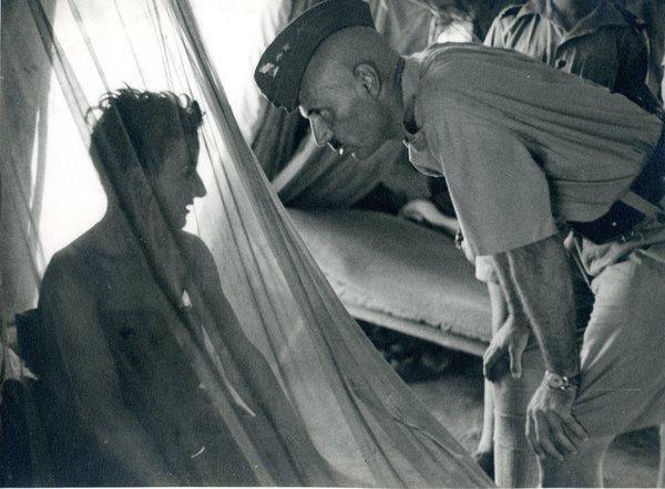 Gen . W. Anders odwiedza chorych żołnierzy w szpitalu na terenie Iranu