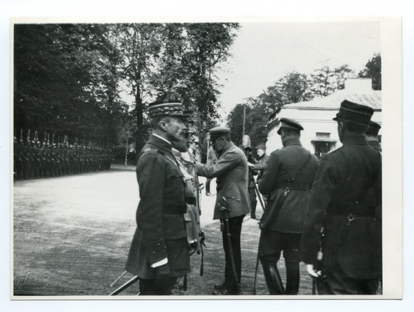 Józef Piłsudski odznacza żołnierzy z Francuskiej Misji Wojskowej