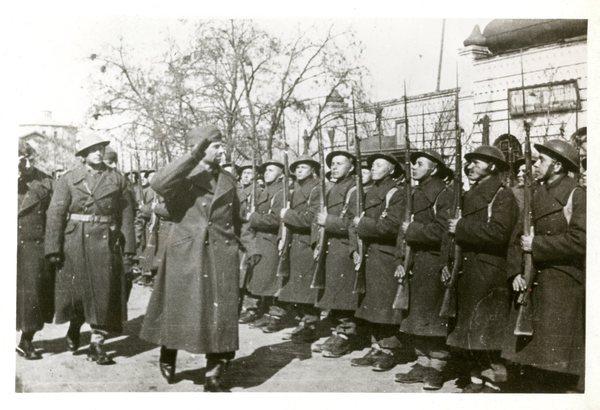 Gen. Władysław Anders wizytuje tworzącą się Armię Polską w Rosji