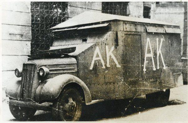 Powstanie Warszawskie - niemiecki samochód opancerzony zdobyty przez powstańców.
