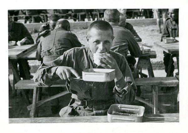 Pierwszy posiłek po ewakuacji Polskich Sił Zbrojnych w ZSSR i cywilów w Pahlevi, Iran, 1942 r.