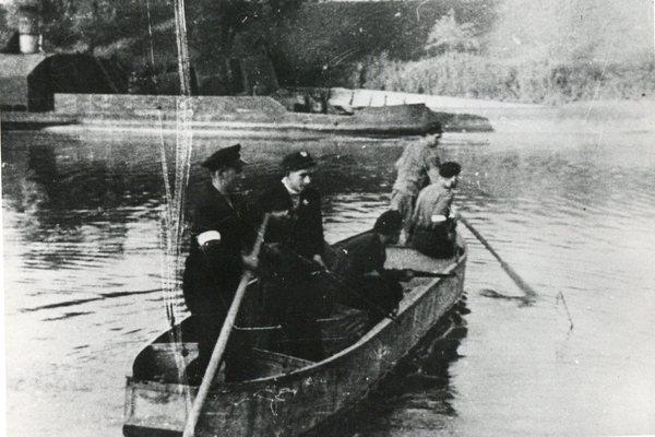 Powstanie Warszawskie - patrol powstańczy na Wiśle w pierwszych dniach walki.