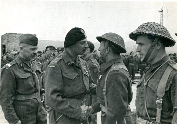 Gen. W. Anders w rozmowie z żółnierzami 2 Korpusu Polskiego PSZ
