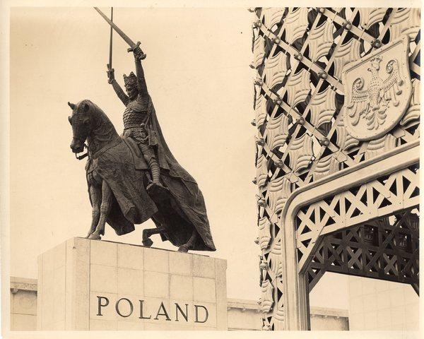 Pomnik króla Władysława Jagiełły przed Polskim Pawilonem na Wystawie Światowej w Nowym Jorku, 1939 r.